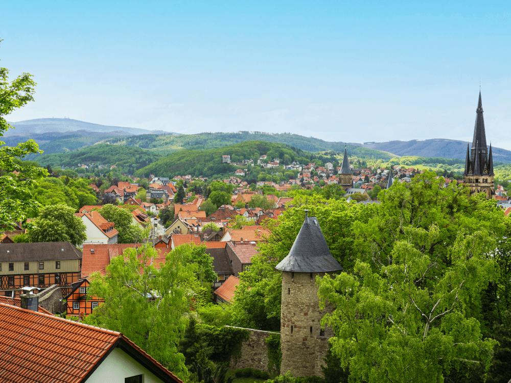 Blick vom Schlossberg Hotel über Wernigerode und auf den Brocken im Harz